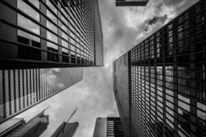 edifices et gratte-ciels en verre vue en contre-plongée vers le ciel