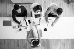 trois recruteurs interviewant un candidat lors d'un entretien de motivationet se serrant la main