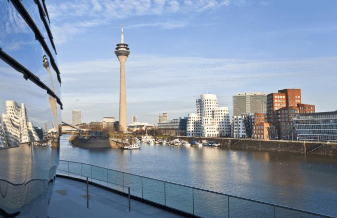 Blick auf die Stadt und den Hafen von Düsseldorf sowie auf den Rheinturm