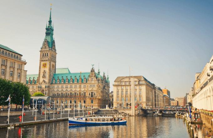 Blick auf die Hamburger Innenstadt mit der Elbe und dem Rathaus