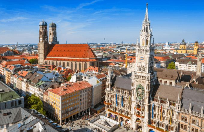 Vogelperspektive der Münchner Innenstadt mit Marienplatz und Rathaus