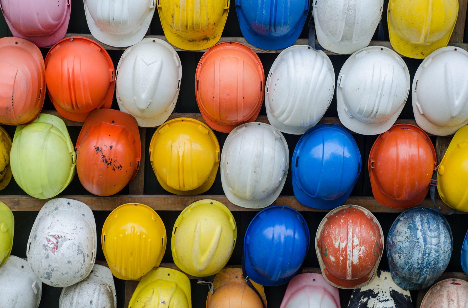 disposition de casque de chantier d'ouvrier dans le bâtiment