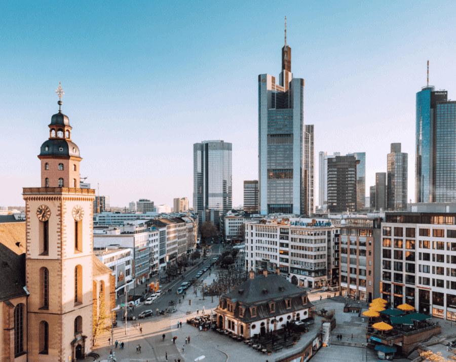 Blick auf die Frankfurter Innenstadt und die Wolkenkratzer im Hintergrund