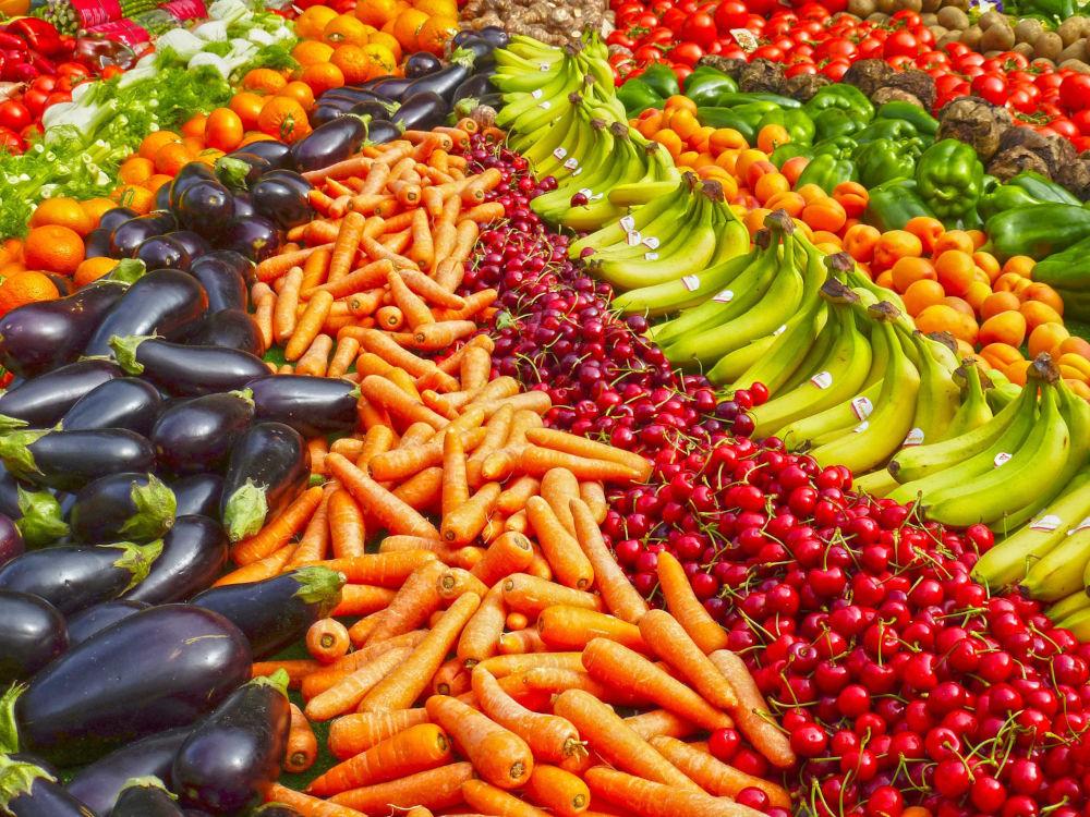 Etalage de fruits et légumes colorés dans un marché agroalimentaire allemand