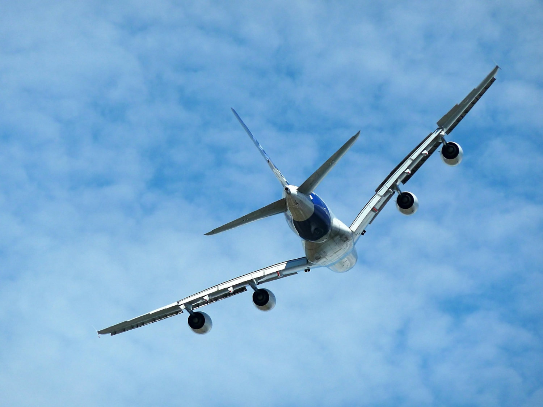 avion en vol dans un ciel bleu après un décollage dans le secteur aéronautique allemand