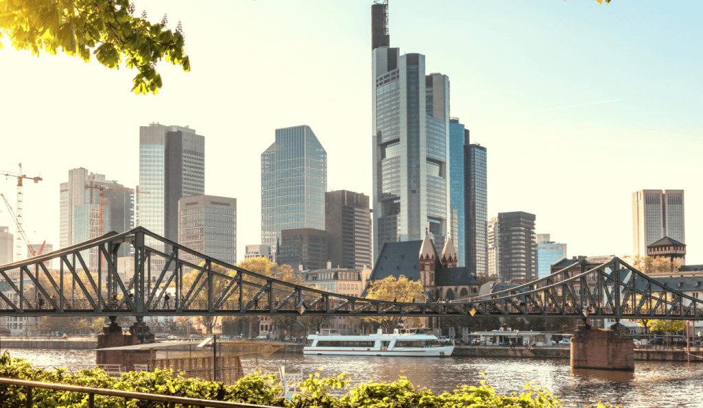 Blick auf die Stadt Frankfurt mit der Flößerbrücke und Wolkenkratzern im Hintergrund wie eine Business Center