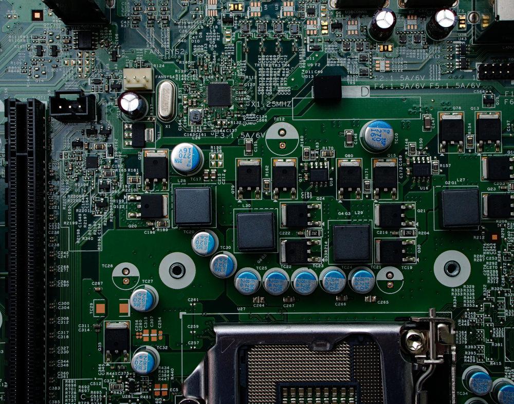 schéma d'un robot connecté à un ordinateur et à une chaîne d'industrie automobile