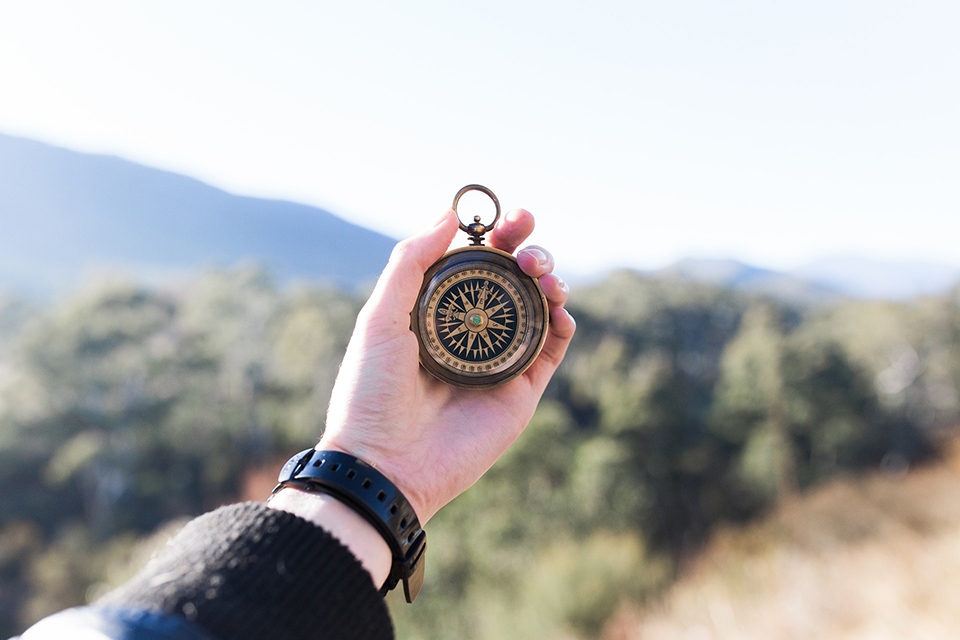 eine Hand, die einen alten Kompass hält wie eine Sitemap