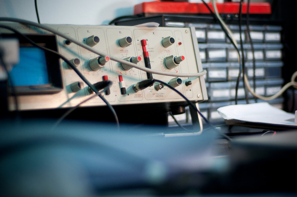 outil de mesure un oscilloscope testant les voltages
