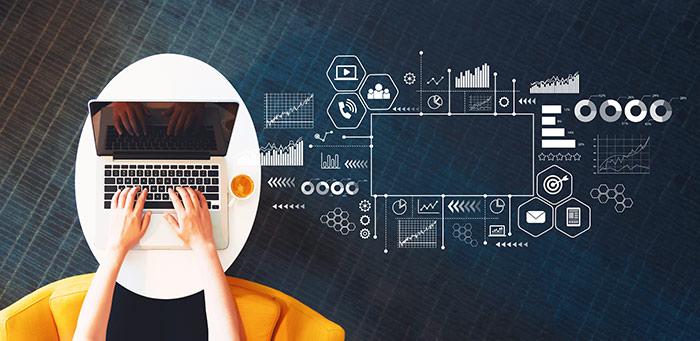 personne écrivant sur un ordinateur avec des analyses de données marketing