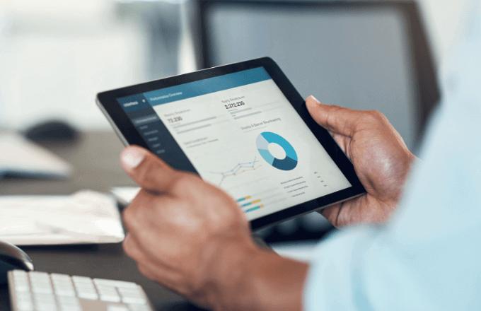 un outil de prospection Allemagne avec une tablette montrant des chiffres et graphiques pour développer et accroître les ventes