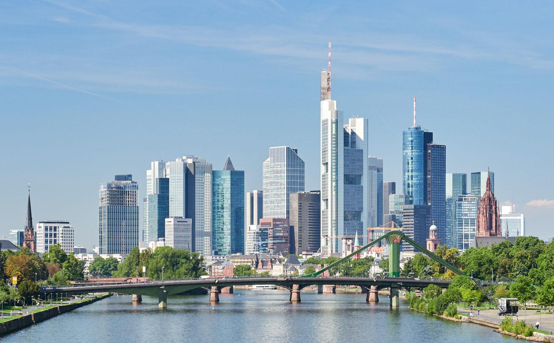 vue sur Francfort symbole économie allemande et ces gratte-ciels en arrière-plan