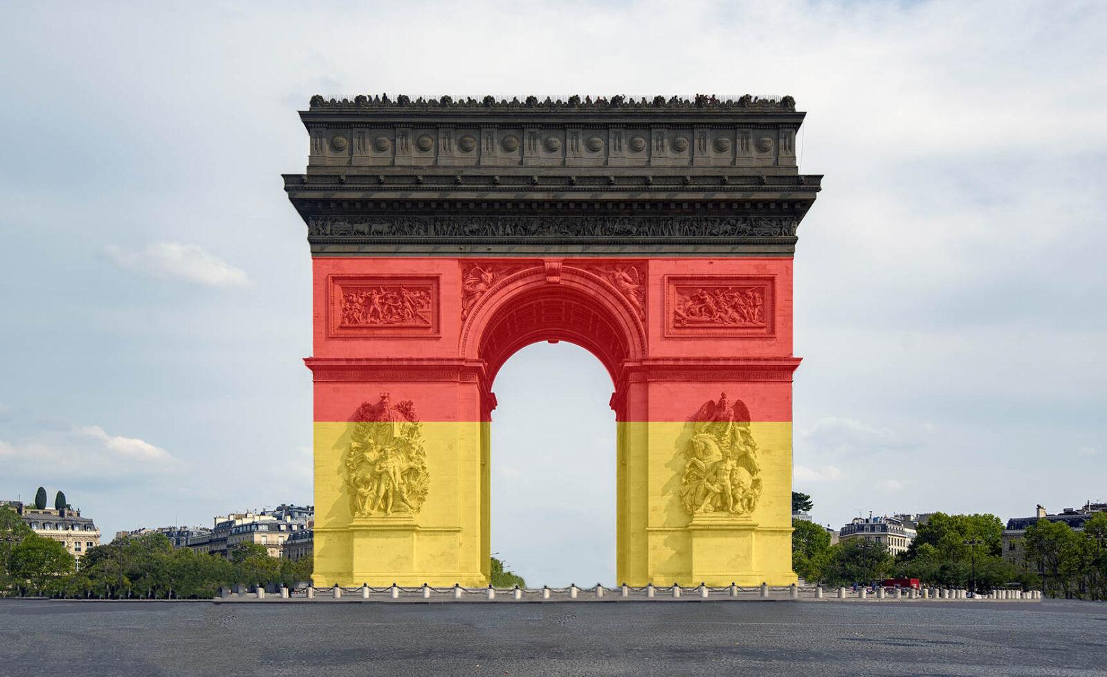 der Arc de Triomphe in Paris mit einer deutschen Fahne als Symbol für deutsche Unternehmen in Frankreich