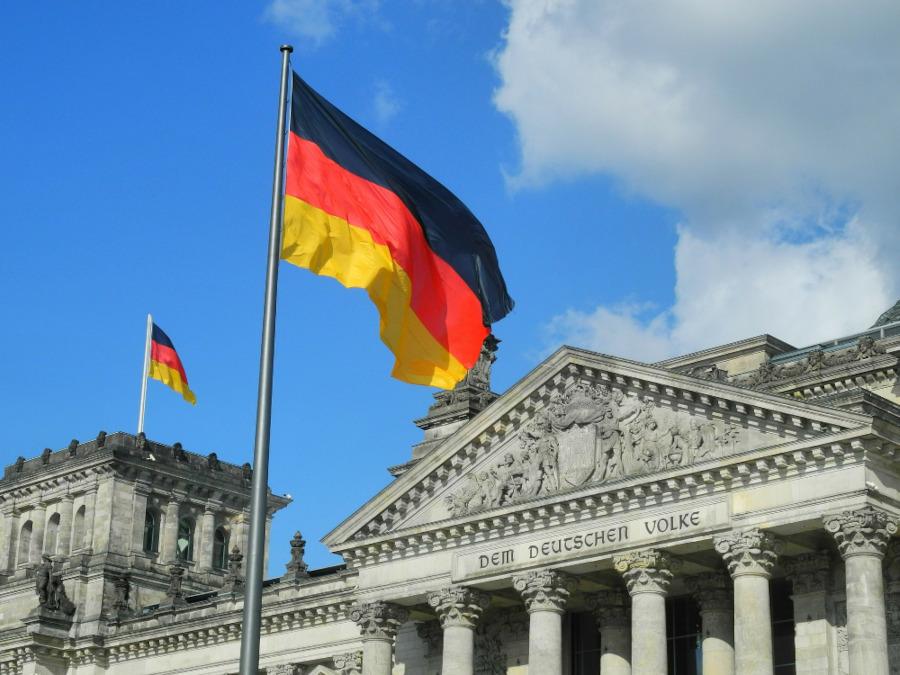 Der Berliner Reichstag mit einem deutsche Flagge